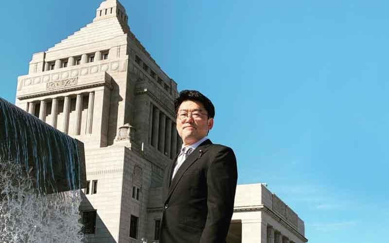 鬼木誠写真、左手に国会議事堂