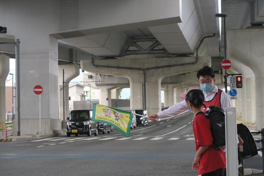 おにき誠(衆議院議員 福岡二区)福翔高校入口で旗持ち