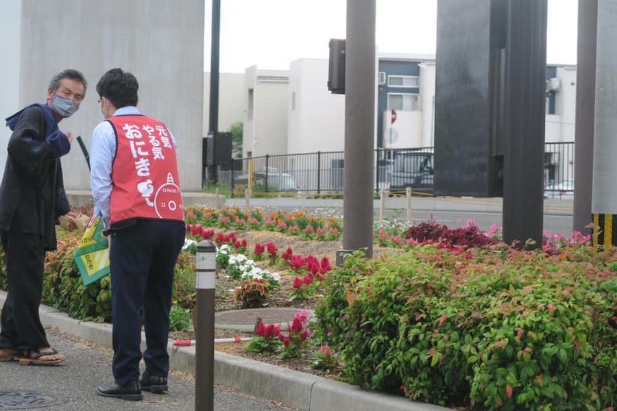 おにき誠(衆議院議員 福岡二区)井尻四丁目交差点 旗持ち