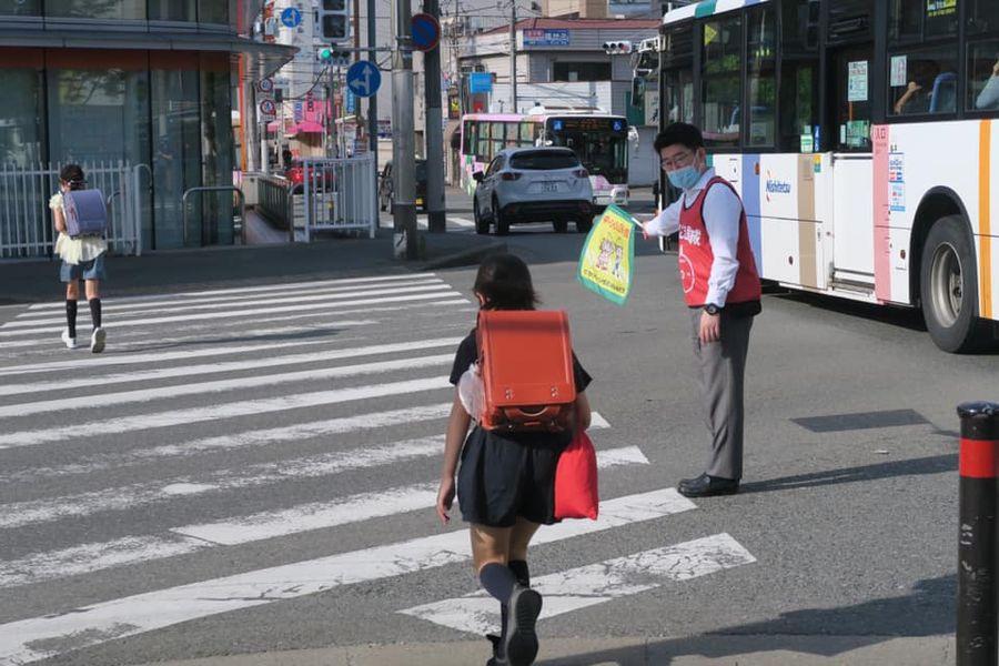 おにき誠(衆議院議員 福岡二区) 小笹交差点 旗持ち